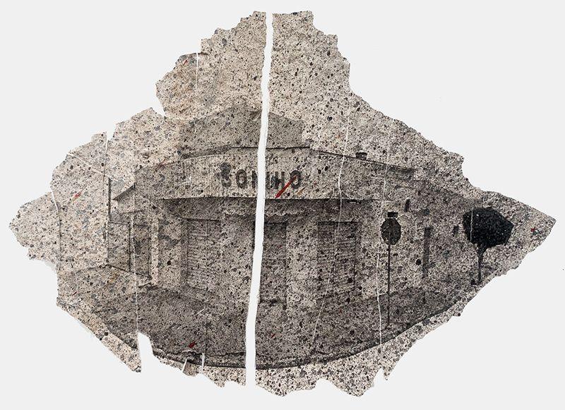 A imagem fotográfica está impressa sobre um fragmento da casca de uma parede partida ao meio, vemos sobre ele a imagem de uma construção de esquina, um estabelecimento comercial como um mercadinho, vemos a calçada e as laterais do estabelecimento, na fachada da construção pode se ler a palavra: sonho.