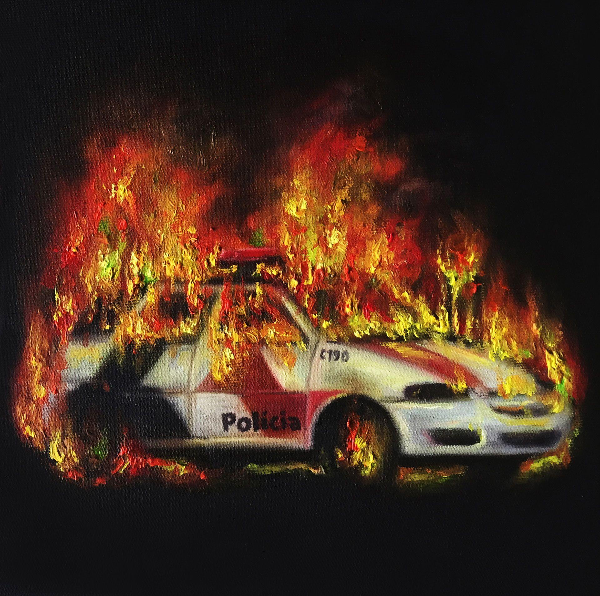 """A pintura mostra a imagem de um carro policial incendiado, sobre fundo preto a luz emana do fogo, o carro é de cor branca preta e vermelha, pode se ler a palavra """"Polícia"""" na porta do carro, a pintura faz alusão às manifestações e protestos populares em diversos lugares do mundo."""