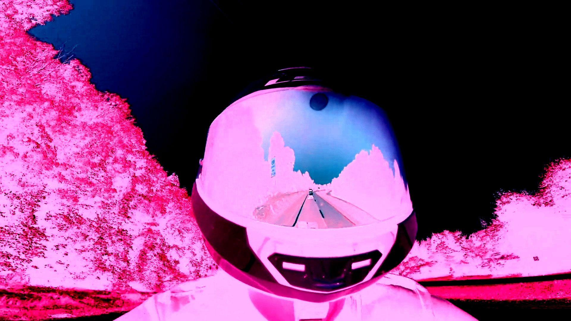 Vídeo apresenta imagens em negativo com cores furta cor, vemos a imagem de uma mulher dirigindo uma moto em uma estrada rodeada de floresta até sua casa, depois de voltar do supermercado com vinho e mantimentos para cozinhar, ela faz seu trabalho desde casa, pelo computador, ao fim vemos imagens de prédios sendo detonados.